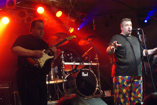 Steve Rothery guesting with Stillmarillion at Bilston Robin 2
