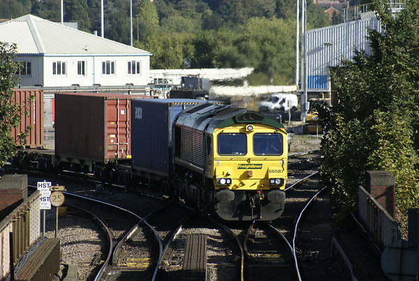 Freightliner 66 comes off the Reading avoiding line with a Southampton-bound intermodal working.